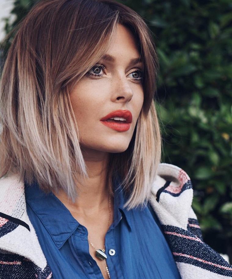 Taglio di capelli a caschetto più lungo davanti, colorazione degrade con ciocche sul ice blonde
