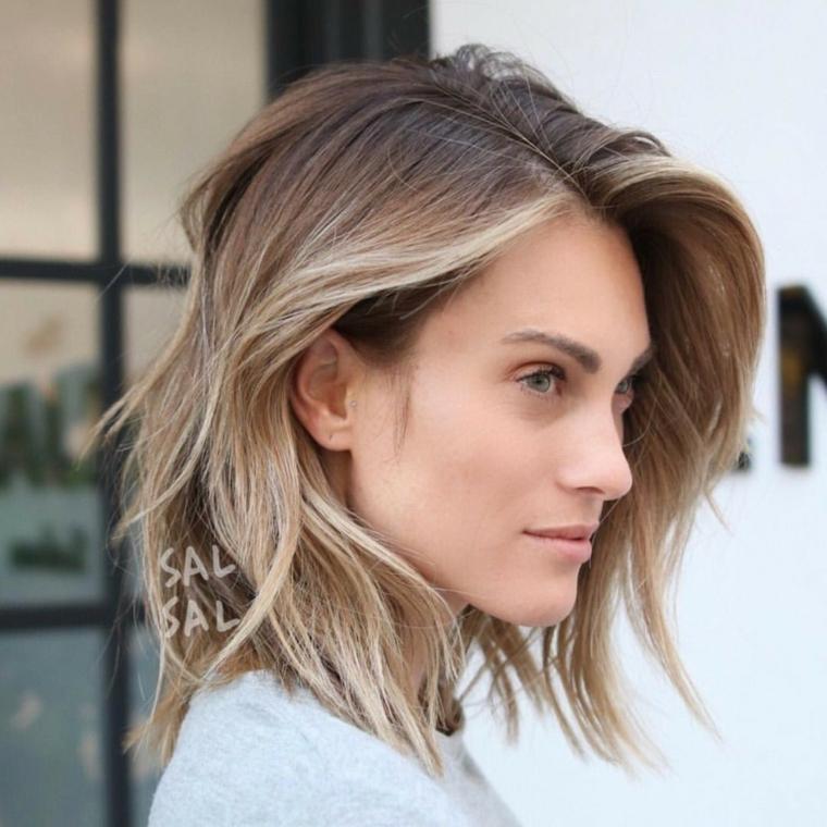 Taglio scalato di media media lunghezza per dei capelli colore biondo ombre