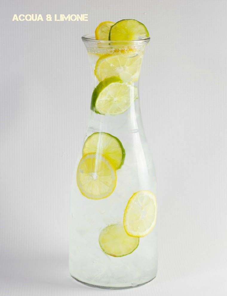 Idea per bevande detox a base di acqua e limone, servita in una caraffa di vetro