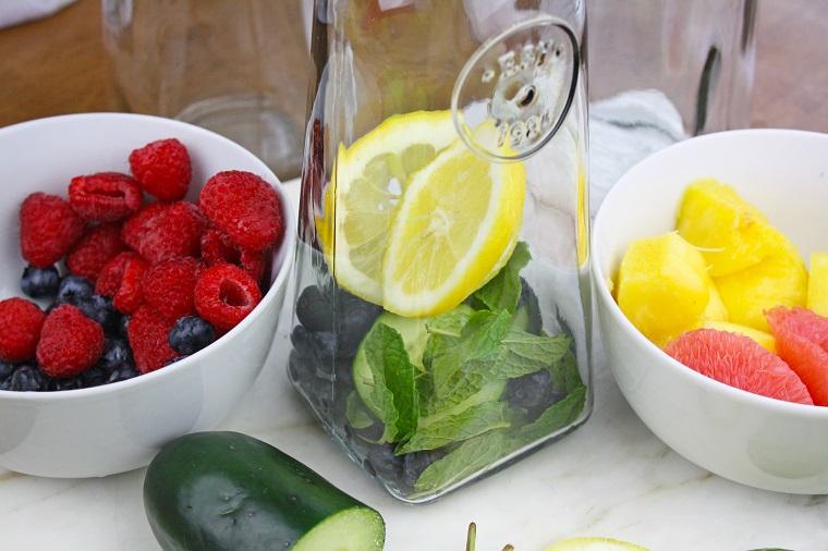 Acqua detox per dimagrire, caraffa di vetro con mirtilli, limone e foglie di menta