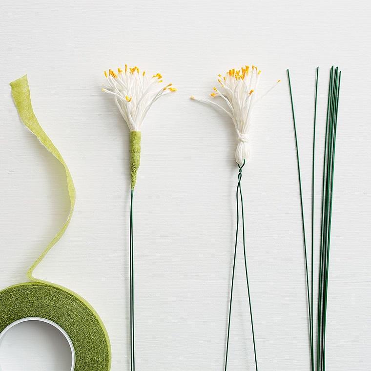 Come fare i fiori di carta, steli con pistilli gialli, rotolo di carta crespa di colore verde