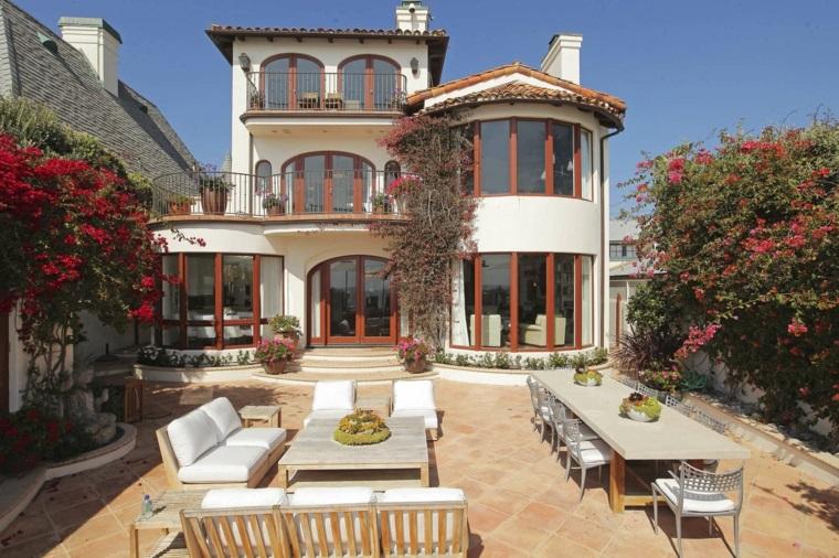 Set di mobili da esterno di legno, casa a tre piani con giardino e molte piante fiorite