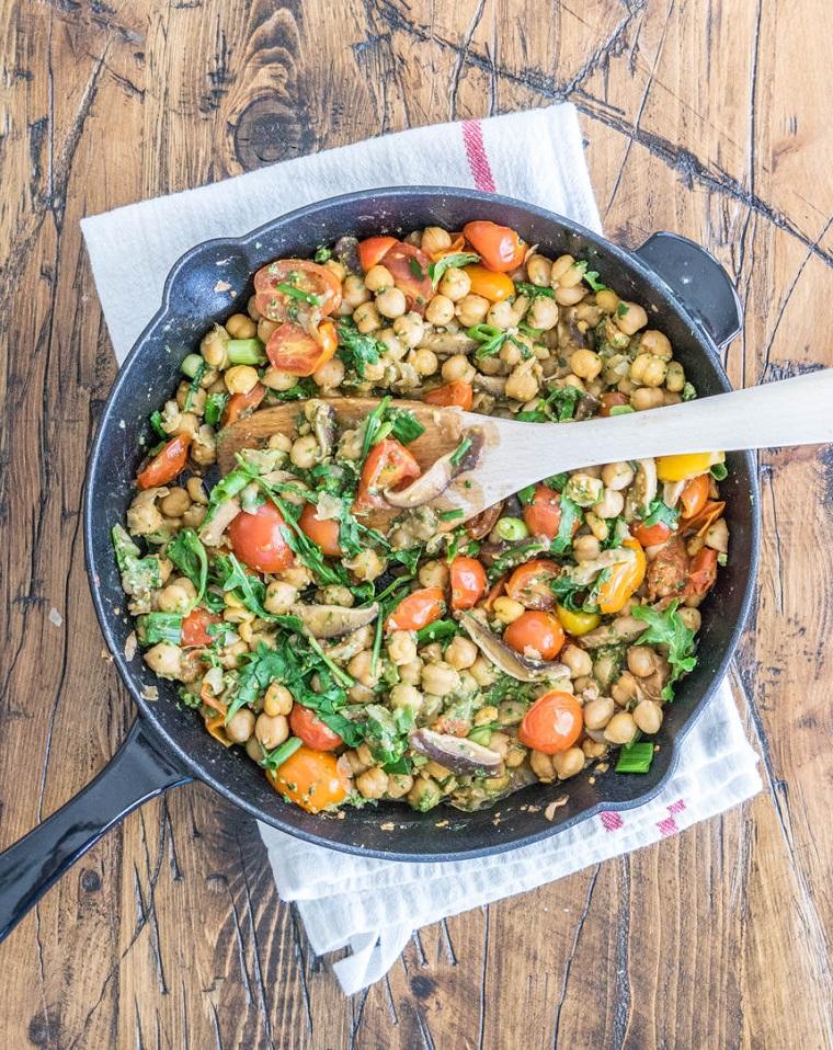 Piatti estivi veloce con verdura, ceci con funghi e pomodorini tagliati in due