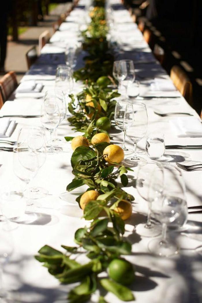 Decorazioni tavola, tavolo con limoni, ghirlanda di agrumi e foglie