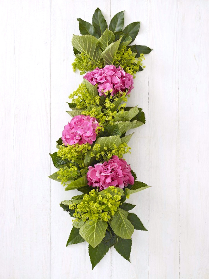 Tavole natalizie, centrotavola con fiori, ghirlanda con fiori viola