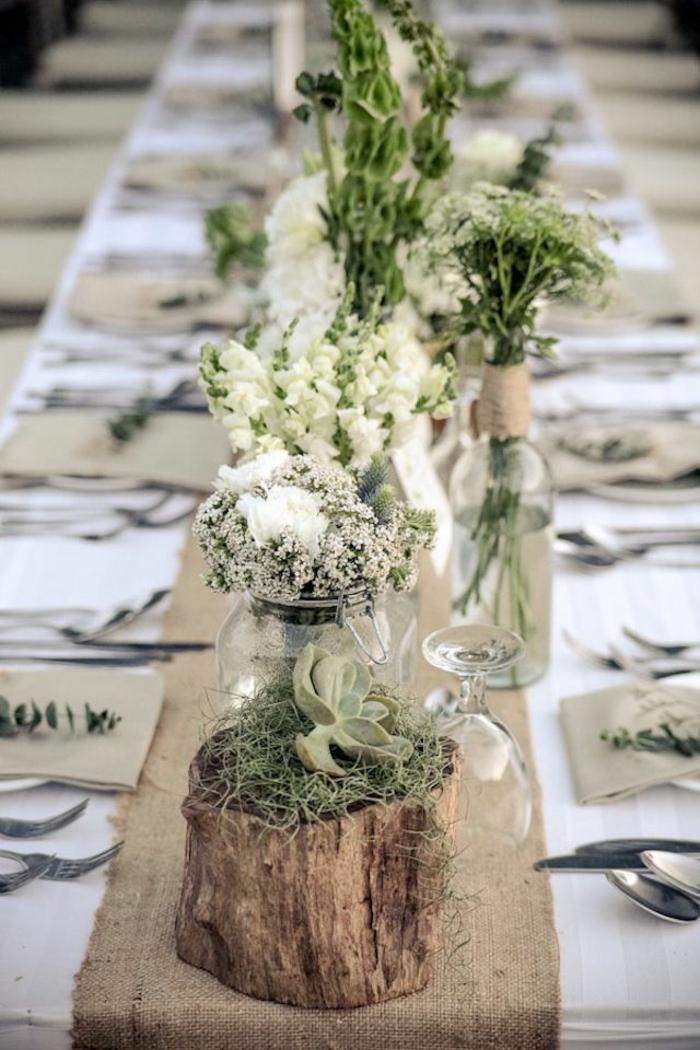 Addobbi tavola matrimoniale con dei centrotavola barattoli e bottiglie di vetro