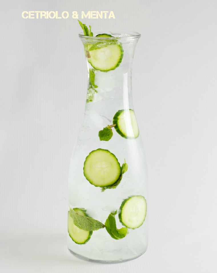 Acqua detox brucia grassi a base di acqua e cetriolo, servita con foglie di menta