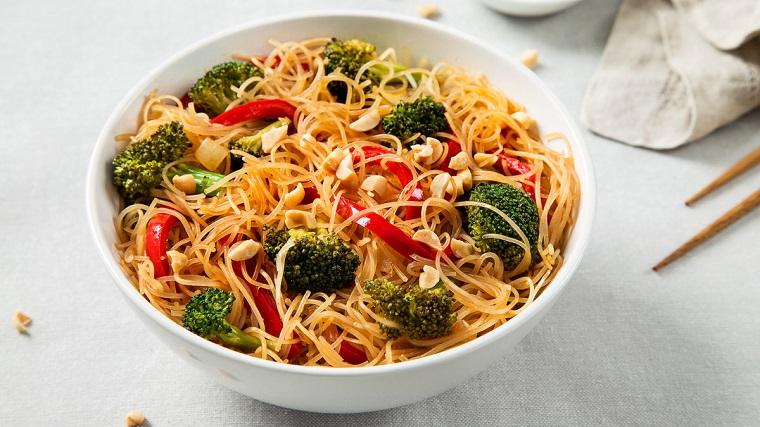 Ricette veloci cena con dei spaghetti di riso alle verdure, peperoni tagliati a julienne e broccoli