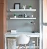 color tortora pareti cameretta con pavimento in laminato scrivania legno lucido bianco