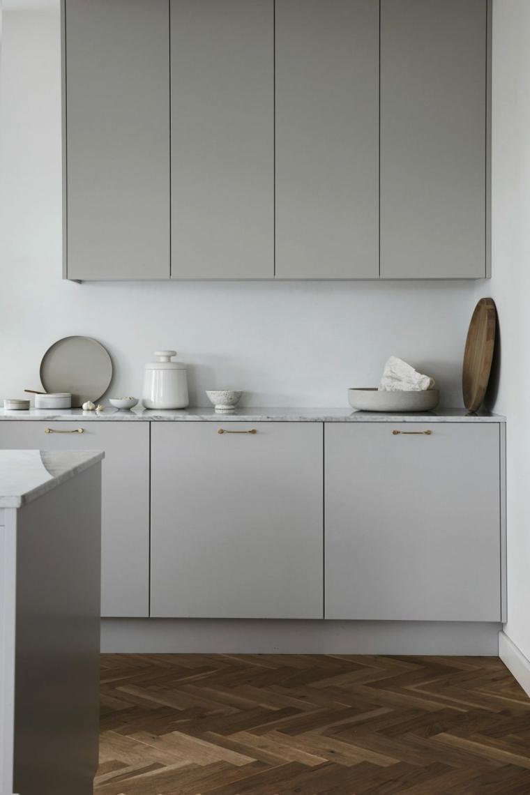 color tortora pareti interni casa cucina con mobili di legno grigio pavimento scuro laminato