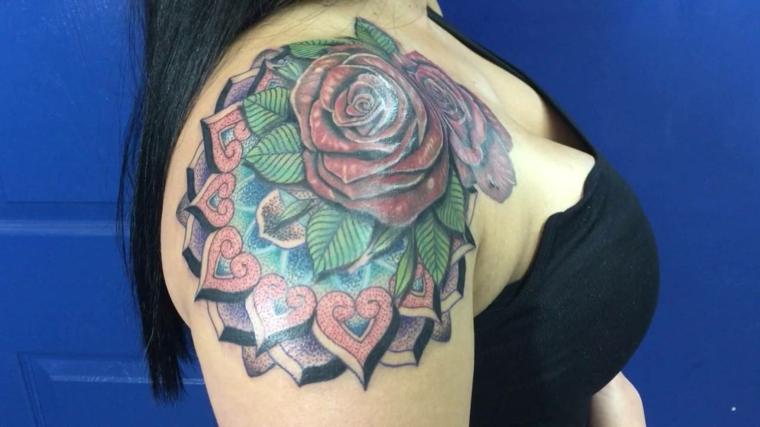 idea per realizzare dei tatuaggi rosa rossa sulla spalla con delle foglie colorate e dei cuori
