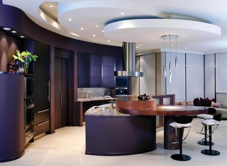 lussuoso e moderno open space con isola dal design arrotondato, cappa in acciaio e soffitto con luci a led
