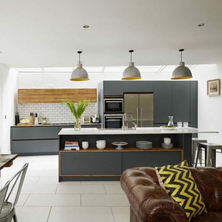 esempio per arredare soggiorno cucina con mobili moderni grigi, isola con top bianco e divano in pelle marrone