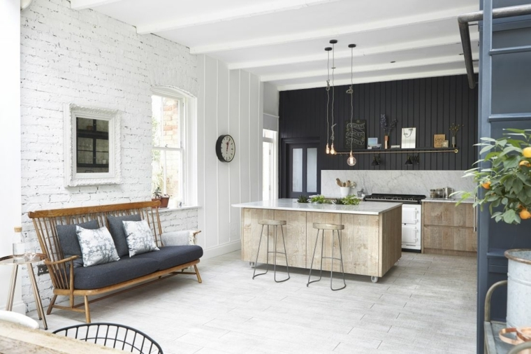 arredamento in stile scandinavo, cucina open space con isola e sgabelli. lampadari a sospensione, divano con struttura in legno