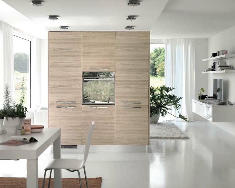 mobile della cucina in legno chiaro che separano la zona giorno da quella living in un open space luminoso e ampio