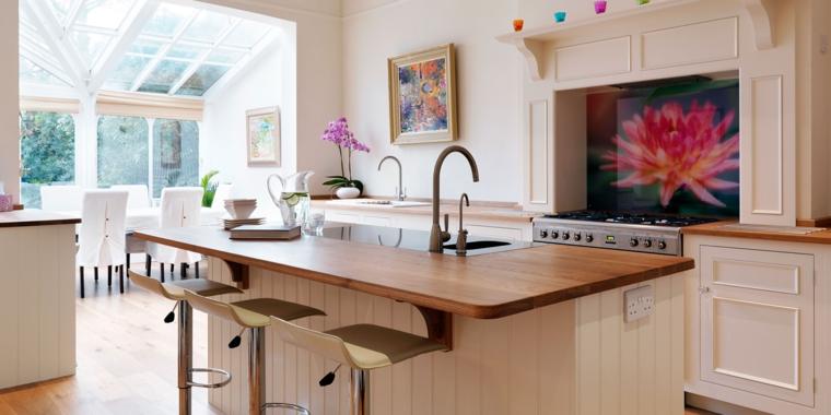 esempio per arredare cucina salotto open space con mobili chiari ed eleganti, pavimento in parquet