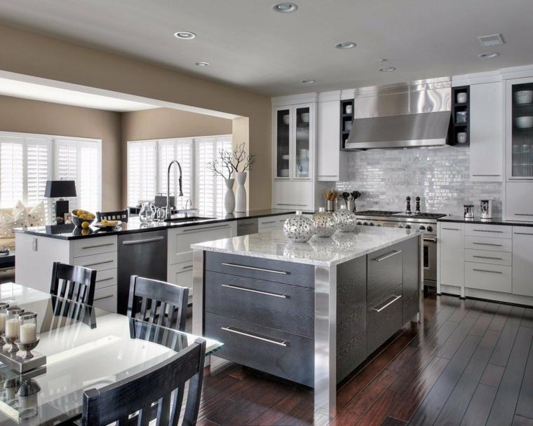 """esempio per arredare open space cucina soggiorno con mobili a """"l"""" bianchi, isola centrale, tavolo per il pranzo"""