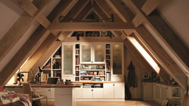 esempio per come arredare una mansarda piccola con mobili bianco e scaffali, tavolo e divano