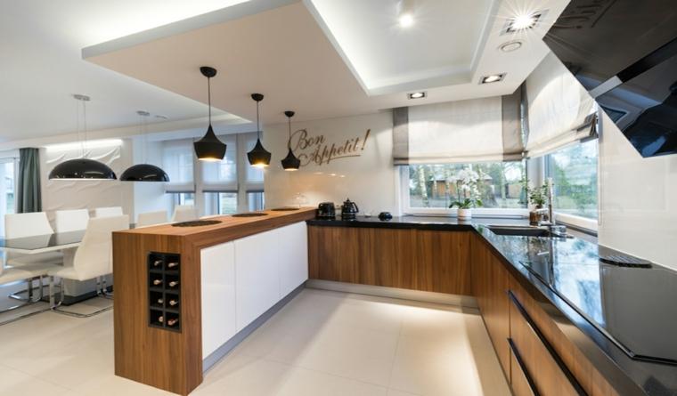 contemporaneo open space arredato con cucina a u in legno con soffitto ribassato e lampadari a sospensione neri
