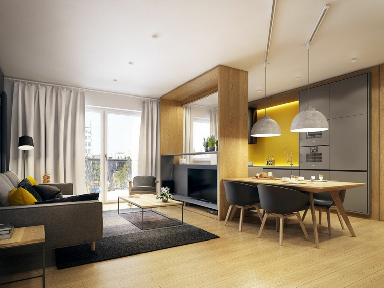 pavimento in parquet in una cucina salotto open space con mobili e divano grigi e accenti gialli