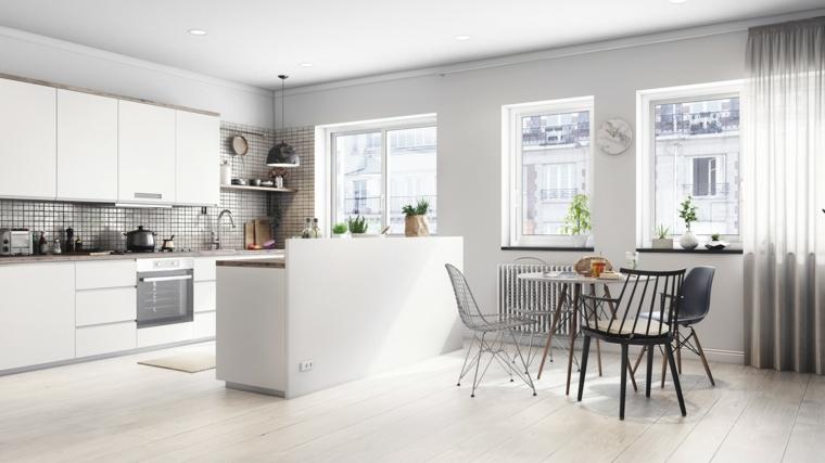 ambiente luminoso open space con cucina bianca con isola, tavolo da pranzo e tre finestre