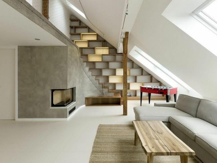 divano grigio chiaro con chaise longue, parete grigia con camino, come arredare una mansarda in stile minimal