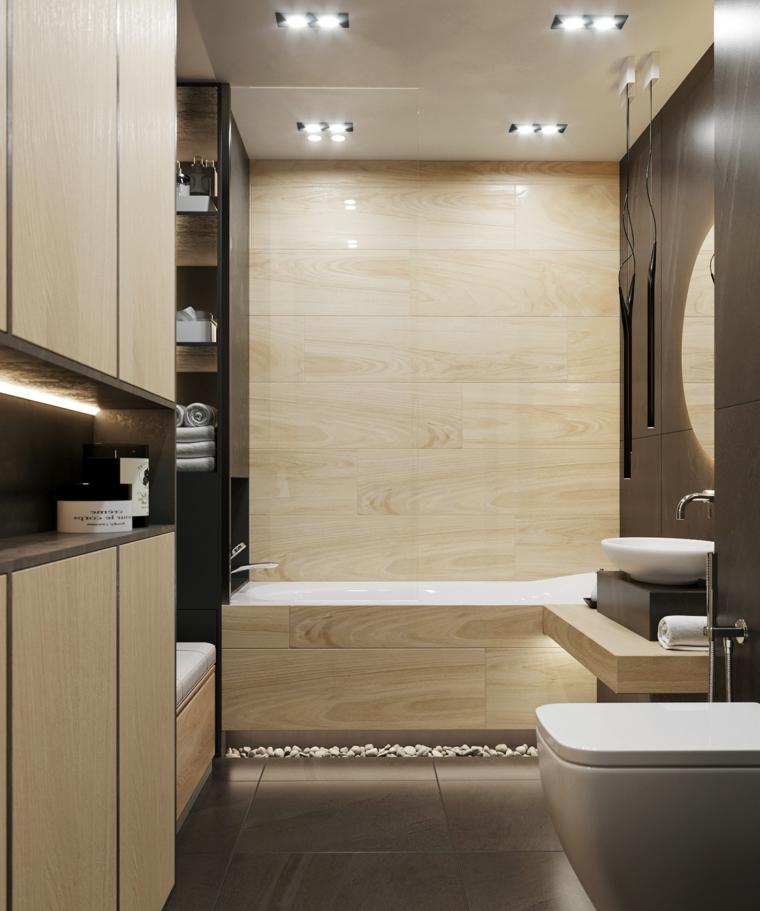 Rivestimento bagno moderno con piastrelle effetto legno, vasca da bagno e armadi da parete