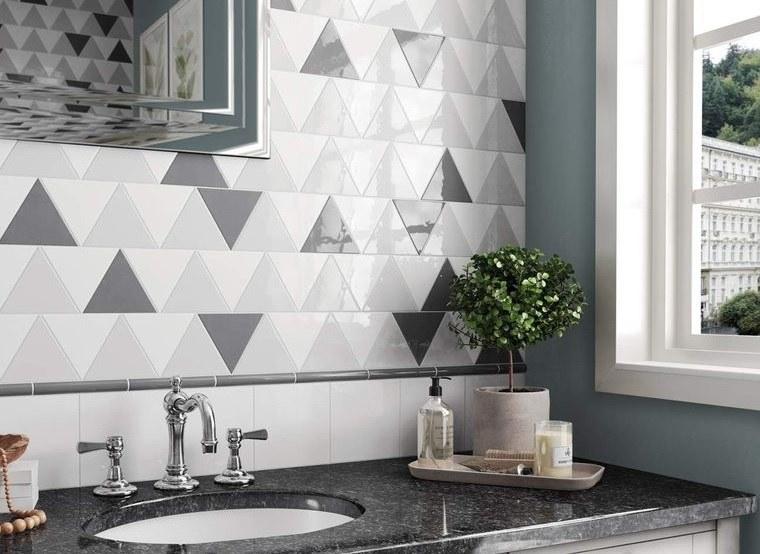Bagni moderni, mobile lavabo da incasso con rubinetto, piastrelle bicolore forma triangolo