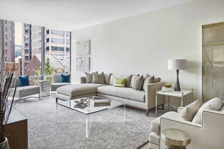 Quadri moderni per arredamento soggiorno, divano grigio con penisola e un tavolino di vetro