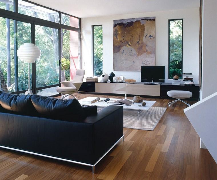 Quadri moderni per arredamento soggiorno, divano in pelle di colore nero e tavolino da caffè molto basso
