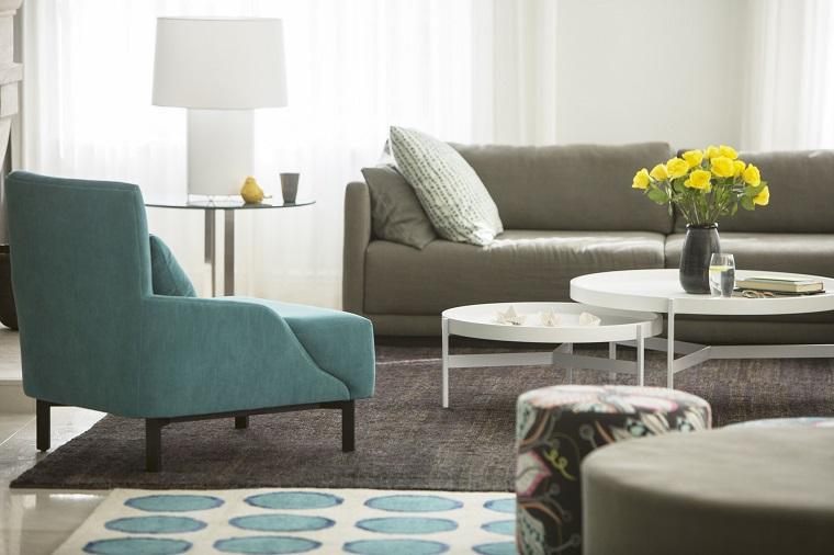 Mobili soggiorno nella tonalità di colore grigio, tavolini bassi decorati con un vaso e fiori