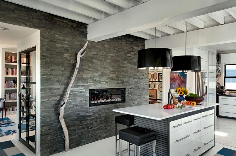 open space cucina con isola e parete con camino moderno rivestita in pietra