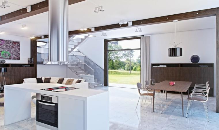 moderna soluzione open space con cucina con isola con forno, tavolo in legno, grande porta finestra