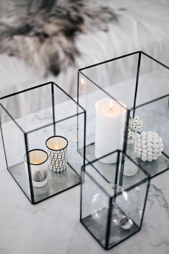 Tavole apparecchiate originali, portacandele dipinte in bianco e nero in contenitori di vetro