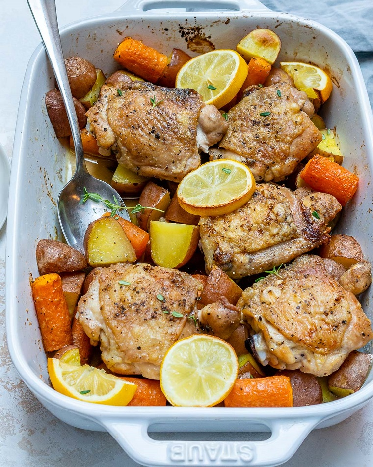 Ricette veloci estive per cena, pirofila con delle cosce di pollo e verdure tagliate a pezzi