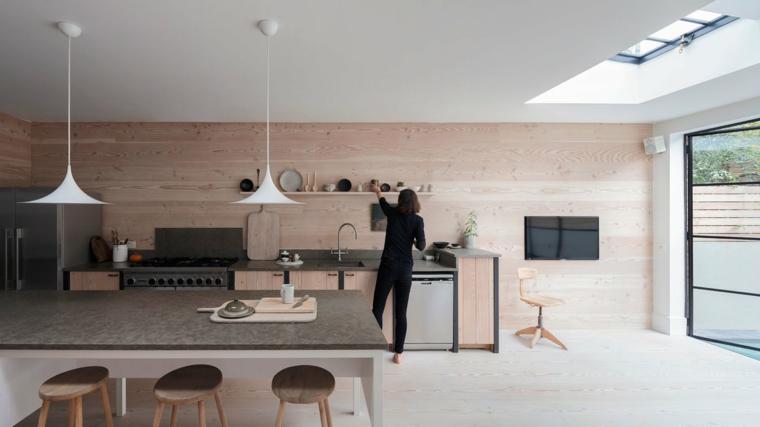parete in legno chiaro, cucina lineare, tavolo per il pranzo con sgabelli e grande vetrata, open space moderni