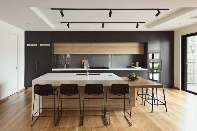 pavimento in parquet per cucine classiche moderne con isola attrezzata con lavello e tavolo per il pranzo