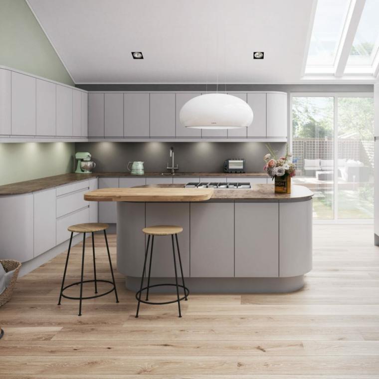 cucina con isola centrale pavimento in laminato chiaro tortora beige pareti tortora e crema