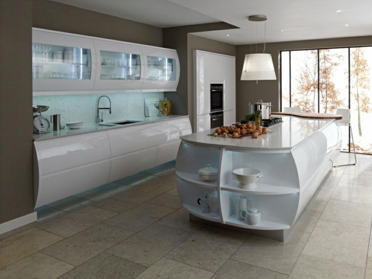 design moderno dalla forma curva, cucina bianca laccata con grande isola con ripiani, fuochi e zona pranzo