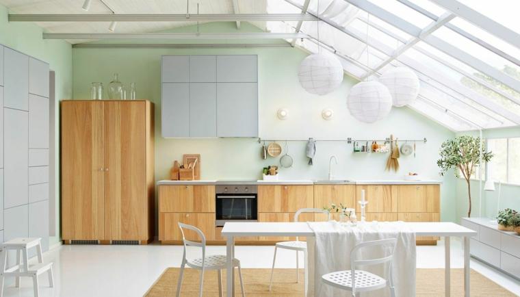 tavolo da pranzo bianco, lampadari a sospensione a forma sferica, cucina a vista in legno