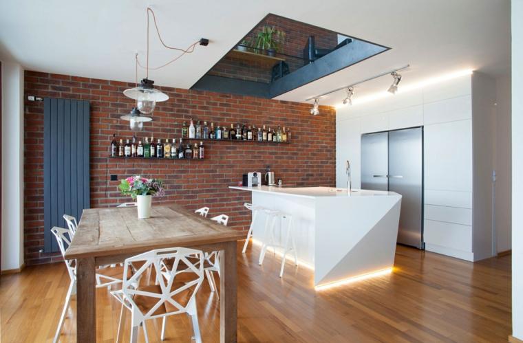 moderno arredamento con cucina con isola e tavolo da pranzo in legno, mensole con bottiglie e pareti rivestite in pietra