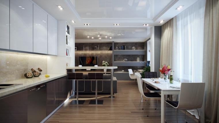 cucina a vista lineare con mobili grigi e bianchi laccati, tavolo e sedie bianche, parete attrezzata grigia