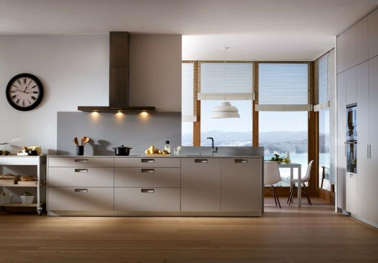 ampia e moderna cucina open space con i mobili tortora, finestra profilata in legno