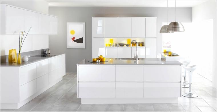 cucina dal design minimal con mobili, isola e pensili bianchi laccati, sgabelli e lampadari in acciaio a campana