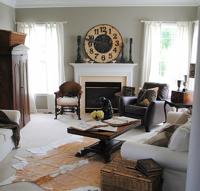 zona living con elementi di design, poltrone vintage, camino, un grande orologio e muri color tortora
