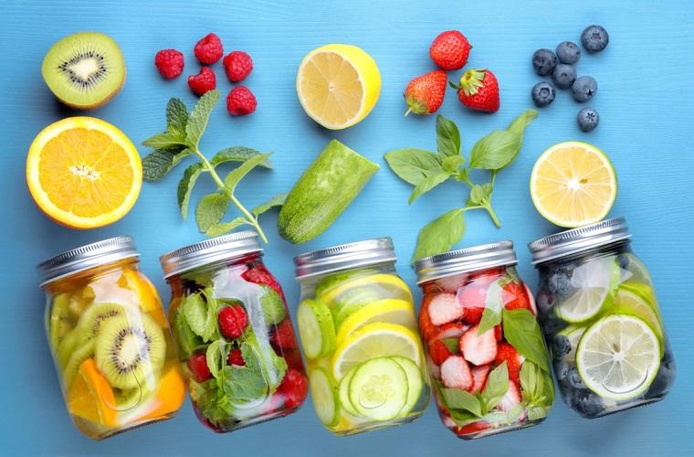 Frutta tagliata a pezzettini e servita con acqua, ricette detox per l'estate