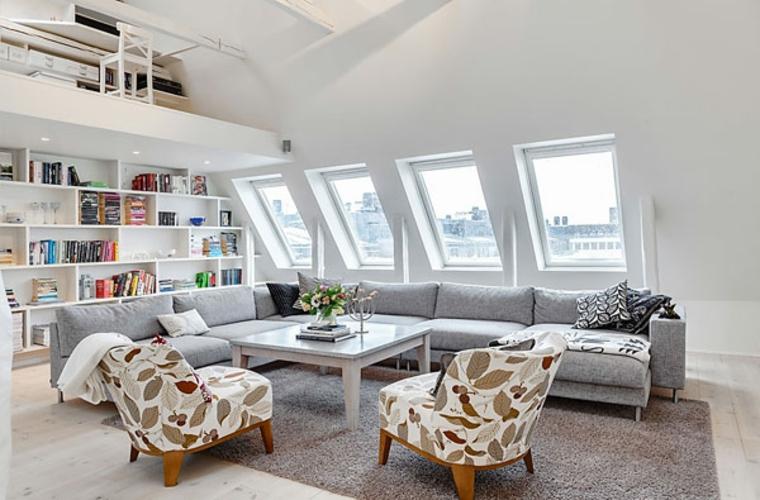 poltrone bianche con foglie tortora, divano grigio chiaro, parete con libreria, arredare mansarda idee