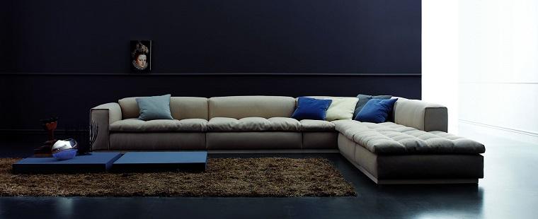 Come arredare un soggiorno con un divano angolare di colore grigio e tavolino molto basso blu