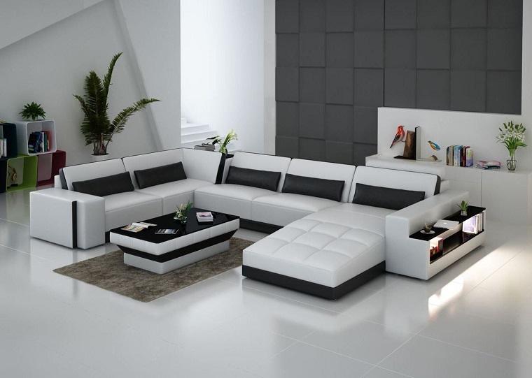 Abbinamento colori pareti bianco e nero, divano angolare di pelle bianca e tavolino lucido