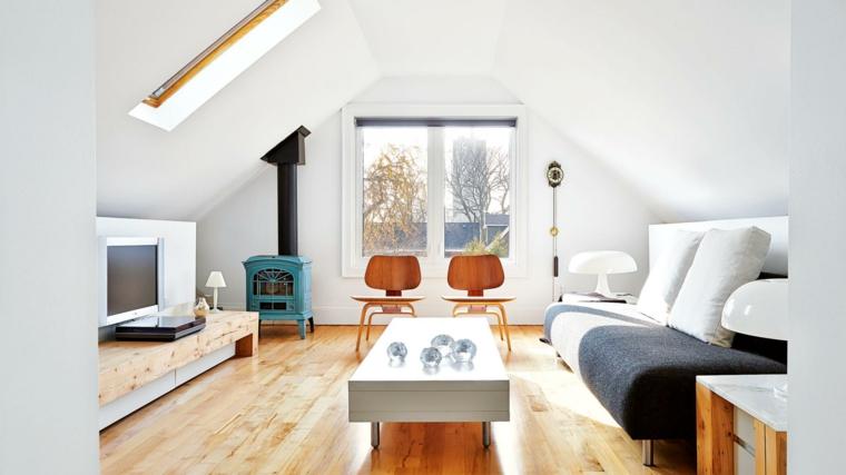 pavimento in parquet chiaro, stufa azzurra, tavolino da caffè con piedini in acciaio, divano lineare, mansarda arredata